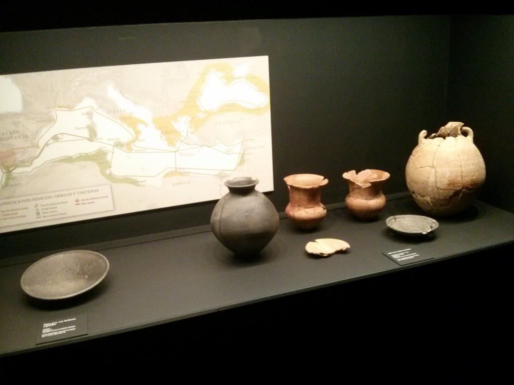 Vitrina con cerámica protohistórica en la Primera Sala de la Exposición